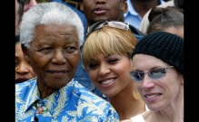Nelson Mandela poses for photographers with singers Beyonce Knowles (C) and Annie Lennox (R) during ..