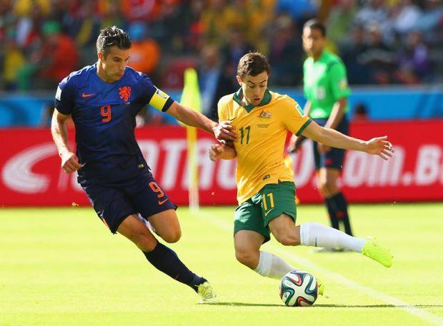 Australia's Tommy Oar dribbles past Netherlands captain Robin van Persie - Australia 1 vs. 1 Netherlands