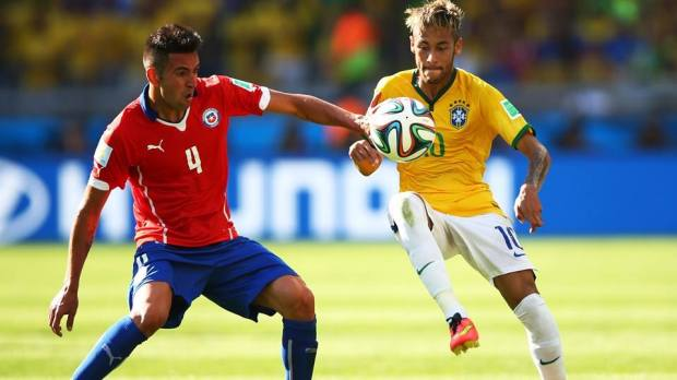2014 FIFA World Cup - Brazil's Neymar and Chile's Mauricio Isla vie for the ball.
