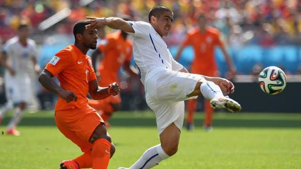 2014 FIFA World Cup - Chile's Francisco Silva blocks off Netherlands forward Jeremain Lens in the first half