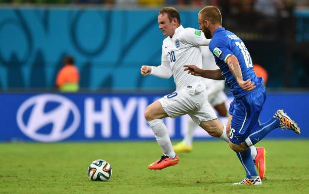 England forward Wayne Rooney dribbles past Italy midfielder Daniele De Rossi