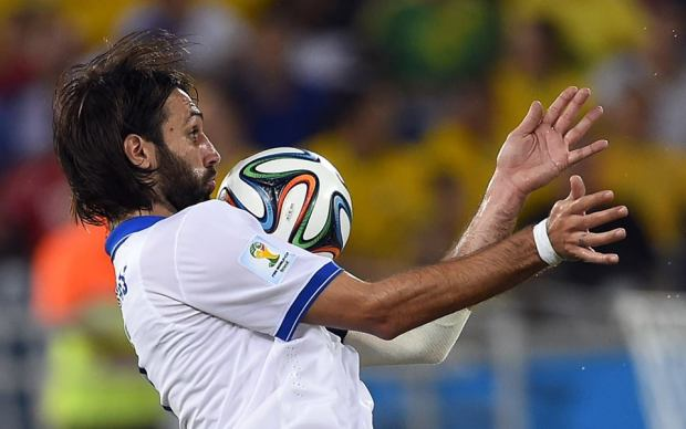 2014 FIFA World Cup - Greece's Samaras controls the ball with his chest