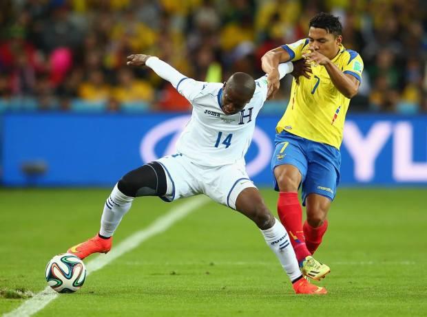 Honduras midfielder Boniek Garcia holds off Ecuador's Jefferson Montero - Honduras 1 vs. 1 Ecuador