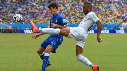 2014 FIFA World Cup - Uruguay's Alvaro Pereira vies for the ball with Italy's Matteo Darmian.